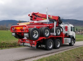 Equipement forestier pour arriere train 3 essieux directionnel Volvo 6x4 + grue Tajfun-Liv 300K87 + AR5670