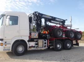 Equipement forestier pour arriere train 3 essieux directionnel Scania 6x4 + grue Tajfun-Liv 300K81 + AR3670