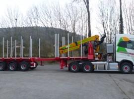 Equipement forestier avec semi-remorque 3 essieux directionnelle Volvo 6x4 + grue Tajfun-Liv 300K87 + semi-remorque 3 essieux directionnelle