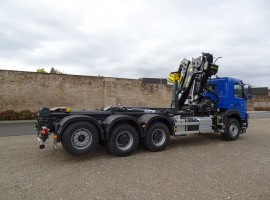 Hook lift equipment for removable tipper with crane -- Volvo 8x4 + crane Tajfun-Liv L190Z96 + hook lift CPS