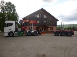 Equipement forestier pour arrière-train forestier 3 essieux à timon. Scania 6x4 + grue Tajfun-Liv 320K99 + AR5650